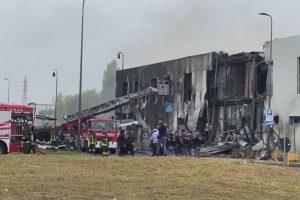 Avião cai sobre prédio nos arredores de Milão, na Itália, e deixa oito mortos